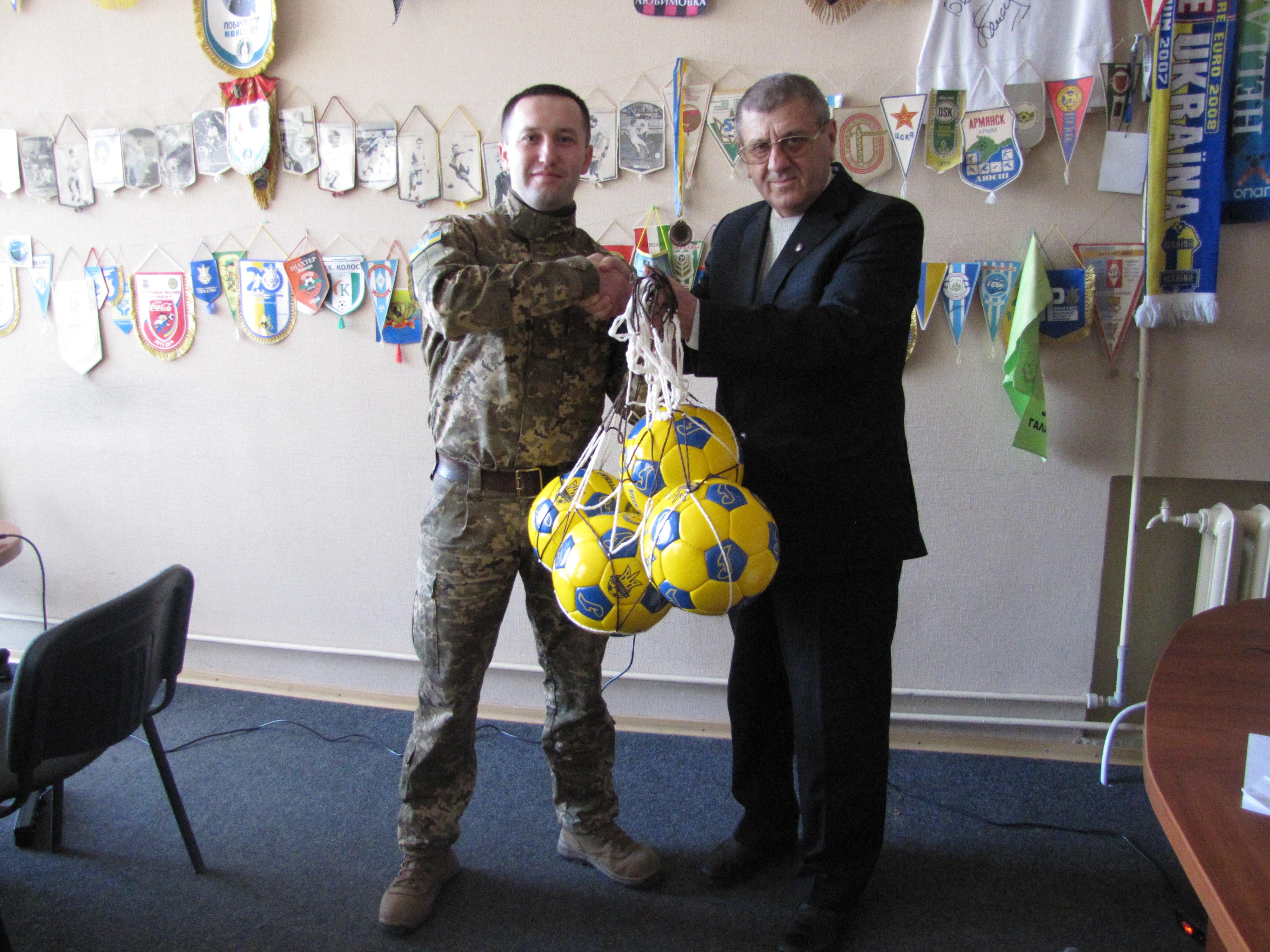Глава ХОФФ Вячеслав Богун вручил футбольные мячи Чернобаевской вертолетной части  А 1604