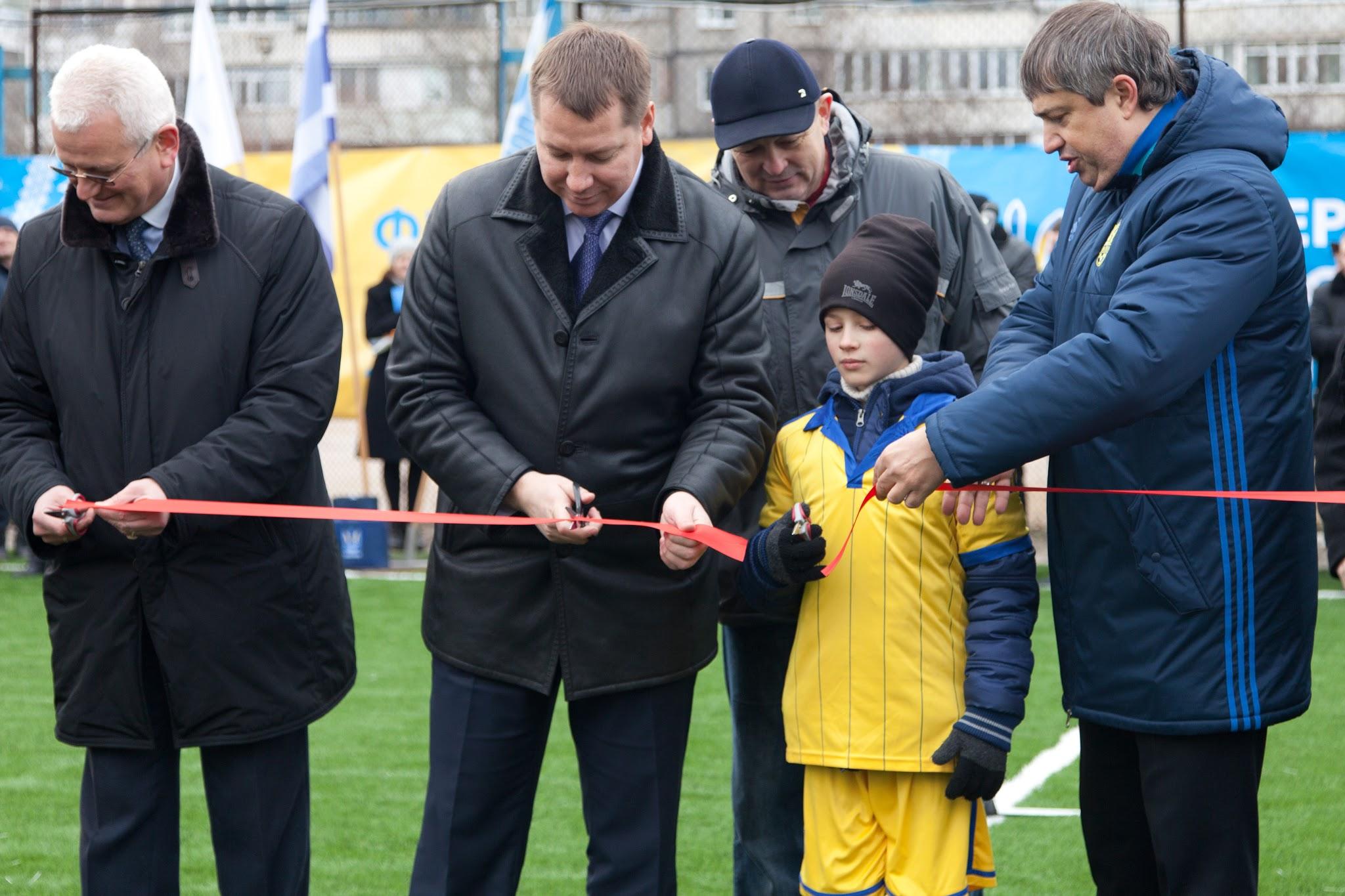 На Херсонщині відкрили футбольне поле зі штучним покриттям