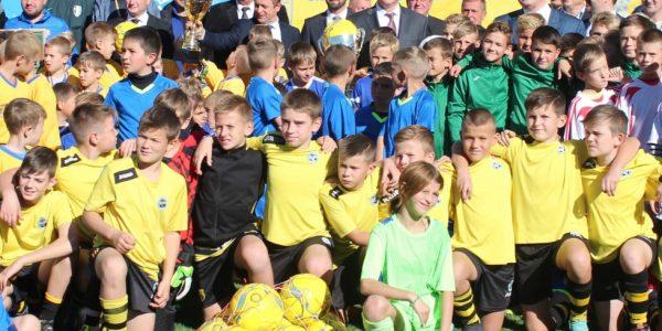 Президент України Петро Порошенко вручив нагороди переможцям головного турніру з футболу до Дня захисника України