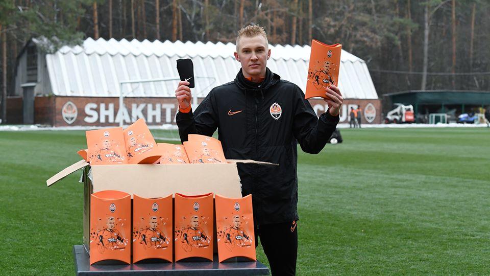 Виктор Коваленко подарил 60 пар щитков участникам проекта «Давай, играй!»