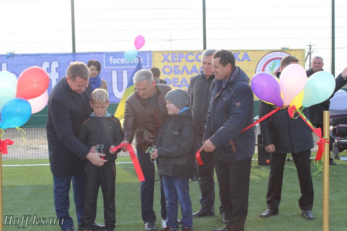 В селі Станіслав, Білозерського р-ну, відкрито новий сучасний спортивний майданчик зі штучним покриттям!