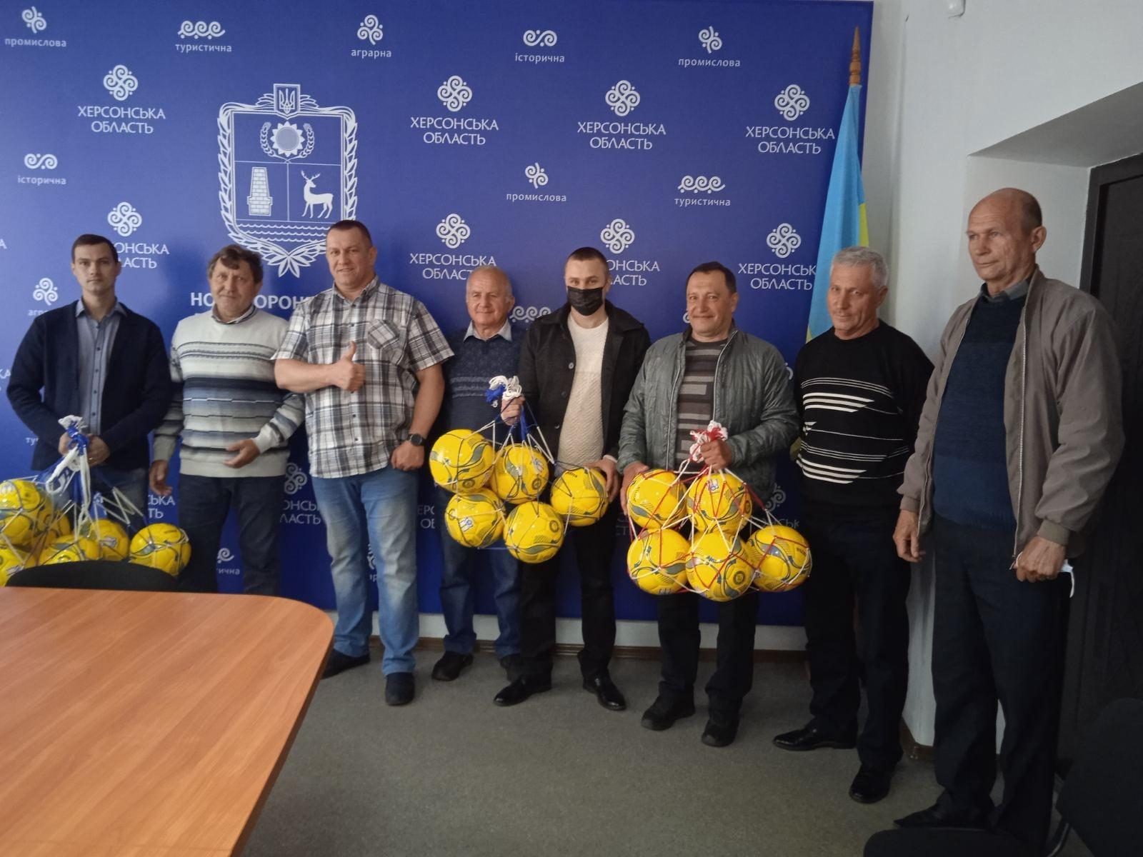 Представники команд Нововоронцовщини отримали футбольні м`ячі